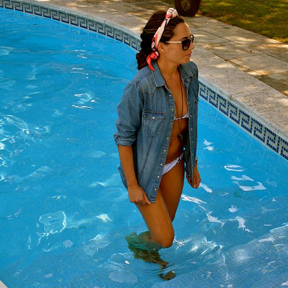 15colgadasdeunapercha-summer-verano-camisa-tejana-denim-shirt-bikini-pañuelo-headscarf-bambas-sneakers-alicia-alvarez-9