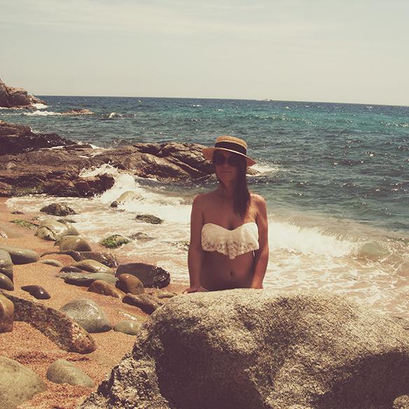 15colgadasdeunapercha-verano-summer-encaje-lace-bikini-crop-top-canotier-cesto-basket-lace-up-sandals-carla-kissler-3