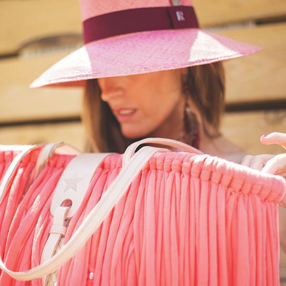 15colgadasdeunapercha-vestido-dress-gris-grey-rosa-fluor-neon-pink-cesto-basket-julietta-barcelona-ana-crank-6