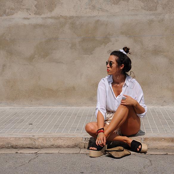 15-colgadas-de-una-percha-blanche-shorts-camisa-shirt-esparto-coletero-scrunchie-2