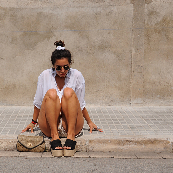 15-colgadas-de-una-percha-blanche-shorts-camisa-shirt-esparto-coletero-scrunchie-9
