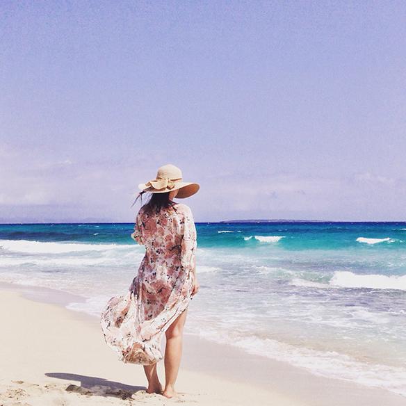 15-colgadas-de-una-percha-carla-kissler-formentera-vestido-dress-pamela-kimono-crochet-bikini-flores-flowers-11