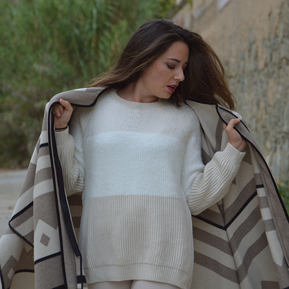 15-colgadas-de-una-percha-alicia-alvarez-fw-oi-poncho-white-blanco-tonos-tierra-earth-tones-neutral-colors-colores-neutros-2