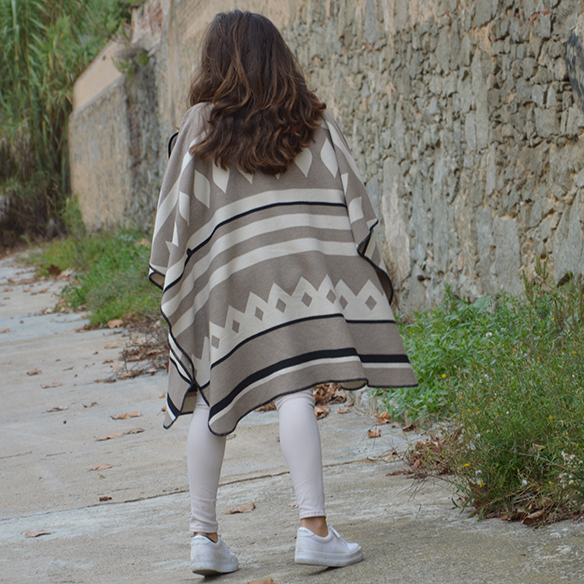 15-colgadas-de-una-percha-alicia-alvarez-fw-oi-poncho-white-blanco-tonos-tierra-earth-tones-neutral-colors-colores-neutros-3