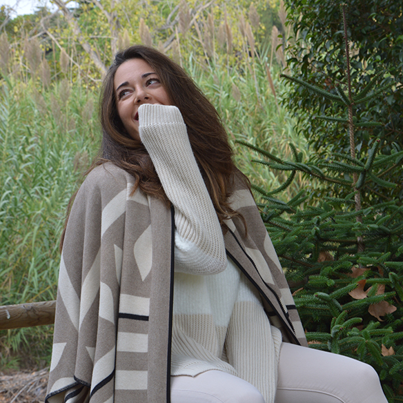 15-colgadas-de-una-percha-alicia-alvarez-fw-oi-poncho-white-blanco-tonos-tierra-earth-tones-neutral-colors-colores-neutros-6