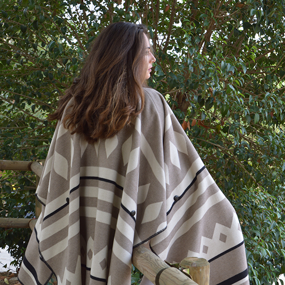 15-colgadas-de-una-percha-alicia-alvarez-fw-oi-poncho-white-blanco-tonos-tierra-earth-tones-neutral-colors-colores-neutros-7