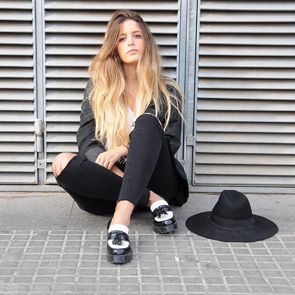 15-colgadas-de-una-percha-anna-duarte-cropped-jeans-b-&-w-blanco-y-negro-sombrero-hat-mocasines-loafers-blazer-lana-wool-gris-grey-1