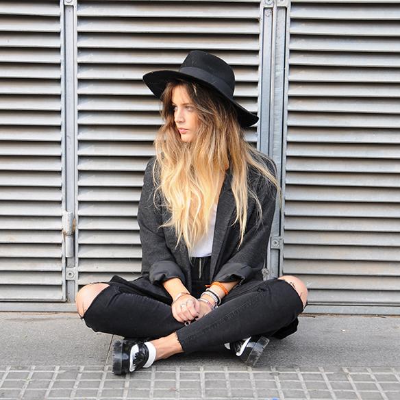 15-colgadas-de-una-percha-anna-duarte-cropped-jeans-b-&-w-blanco-y-negro-sombrero-hat-mocasines-loafers-blazer-lana-wool-gris-grey-10