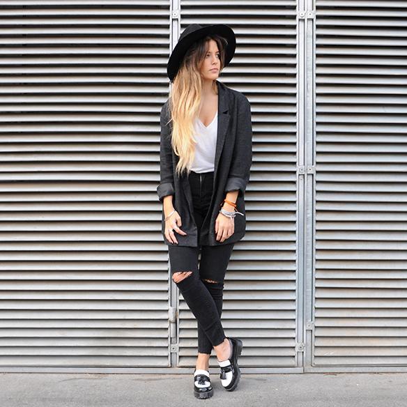 15-colgadas-de-una-percha-anna-duarte-cropped-jeans-b-&-w-blanco-y-negro-sombrero-hat-mocasines-loafers-blazer-lana-wool-gris-grey-2