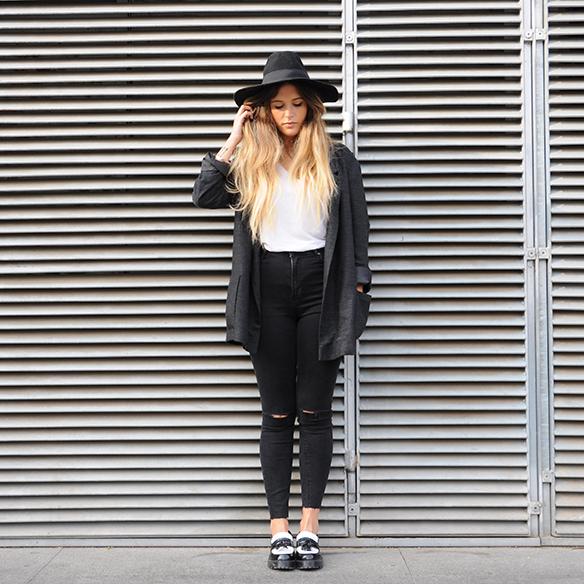 15-colgadas-de-una-percha-anna-duarte-cropped-jeans-b-&-w-blanco-y-negro-sombrero-hat-mocasines-loafers-blazer-lana-wool-gris-grey-4