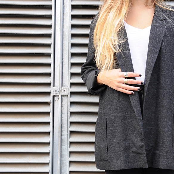 15-colgadas-de-una-percha-anna-duarte-cropped-jeans-b-&-w-blanco-y-negro-sombrero-hat-mocasines-loafers-blazer-lana-wool-gris-grey-5