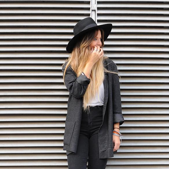 15-colgadas-de-una-percha-anna-duarte-cropped-jeans-b-&-w-blanco-y-negro-sombrero-hat-mocasines-loafers-blazer-lana-wool-gris-grey-7