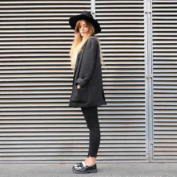 15-colgadas-de-una-percha-anna-duarte-cropped-jeans-b-&-w-blanco-y-negro-sombrero-hat-mocasines-loafers-blazer-lana-wool-gris-grey-8