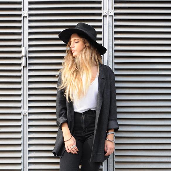 15-colgadas-de-una-percha-anna-duarte-cropped-jeans-b-&-w-blanco-y-negro-sombrero-hat-mocasines-loafers-blazer-lana-wool-gris-grey-9