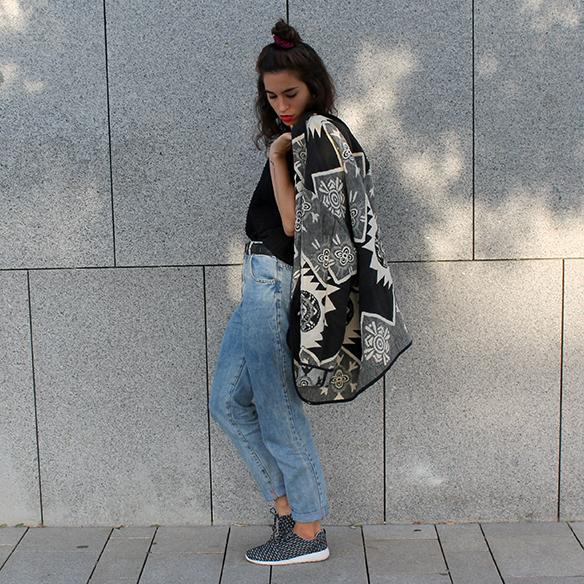 15-colgadas-de-una-percha-blanche-chaqueta-blanco-y-negro-b-&-w-jacket-jeans-tiro-alto-high-waisted-jeans-bambas-trainers-1