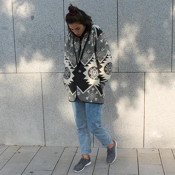 15-colgadas-de-una-percha-blanche-chaqueta-blanco-y-negro-b-&-w-jacket-jeans-tiro-alto-high-waisted-jeans-bambas-trainers-4