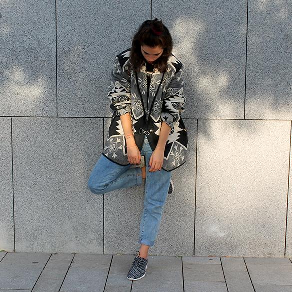 15-colgadas-de-una-percha-blanche-chaqueta-blanco-y-negro-b-&-w-jacket-jeans-tiro-alto-high-waisted-jeans-bambas-trainers-8