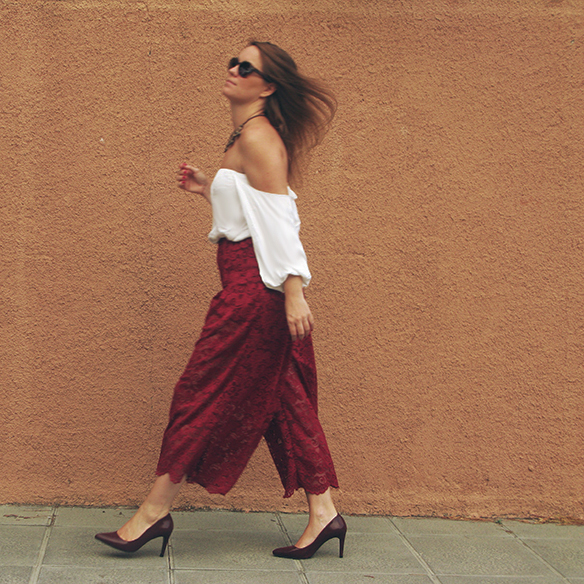 15-colgadas-de-una-percha-carla-kissler-must-have-fw-oi-imprescindible-culottes-encaje-lace-marsala-blusa-off-shoulder-blouse-5