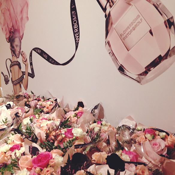 15-colgadas-de-una-percha-flowerbomb-viktor-&-rolf-perfume-fragancia-perfume-fragrance-10º-aniversario-10th-anniversary-4