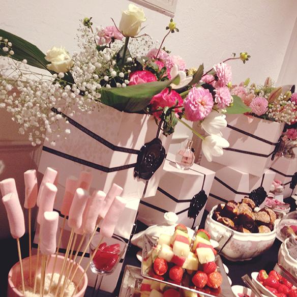 15-colgadas-de-una-percha-flowerbomb-viktor-&-rolf-perfume-fragancia-perfume-fragrance-10º-aniversario-10th-anniversary-9
