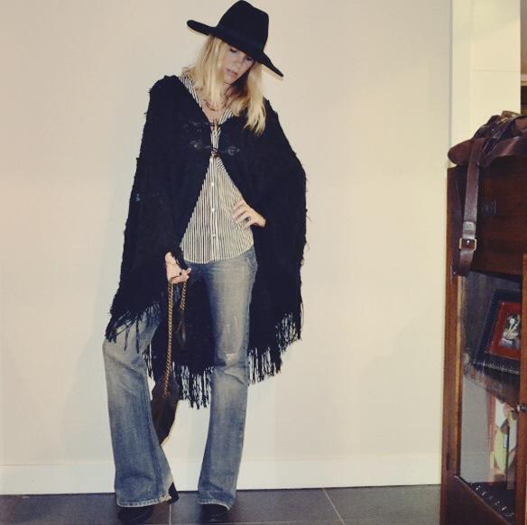 15-colgadas-de-una-percha-gina-carreras-georgina-barcelona-bolso-flare-pants-pantalon-acampanado-poncho-handbag-sombrero-hat-3