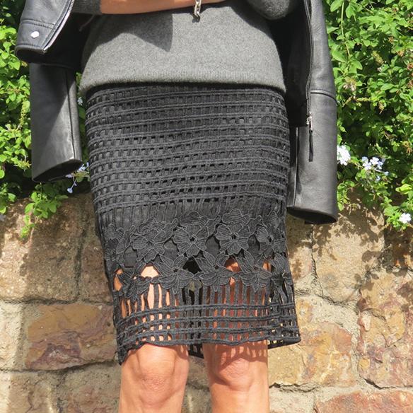 15-colgadas-de-una-percha-maica-jau-conceptos-de-estilo-falda-lapiz-troquelada-die-cut-pencil-skirt-stilettos-rojos-negros-jersey-lana-cazadora-jacket-3