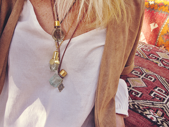 15-colgadas-de-una-percha-almah-scented-jewelry-lookbook-fw-15-16-joyeria-bisuteria-aromatica-perfumada-anna-duarte-gina-carreras-70s-4