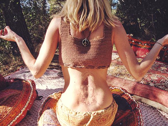 15-colgadas-de-una-percha-almah-scented-jewelry-lookbook-fw-15-16-joyeria-bisuteria-aromatica-perfumada-anna-duarte-gina-carreras-hippie-yoga-6