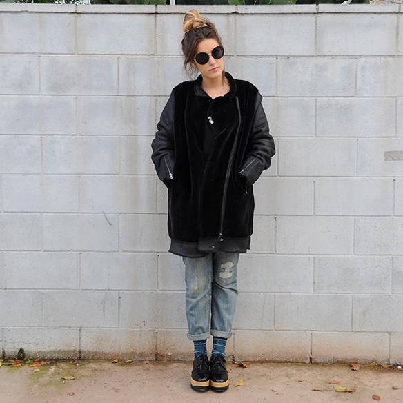 15-colgadas-de-una-percha-anna-duarte-boyfriend-jeans-socks-calcetines-cuero-pelo-chaqueta-fur-leather-jacket-zapatos-plataforma-madera-wood-platform-shoes-fatima-6