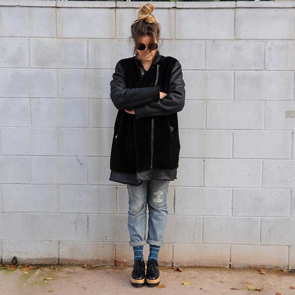 15-colgadas-de-una-percha-anna-duarte-boyfriend-jeans-socks-calcetines-cuero-pelo-chaqueta-fur-leather-jacket-zapatos-plataforma-madera-wood-platform-shoes-fatima-7