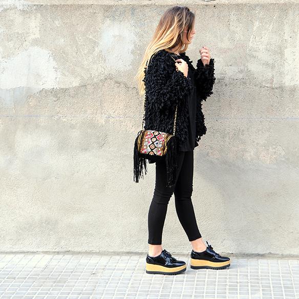 15-colgadas-de-una-percha-anna-duarte-total-black-look-todo-al-negro-bolso-brocado-brocade-purse-2