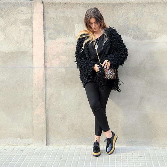 15-colgadas-de-una-percha-anna-duarte-total-black-look-todo-al-negro-bolso-brocado-brocade-purse-8