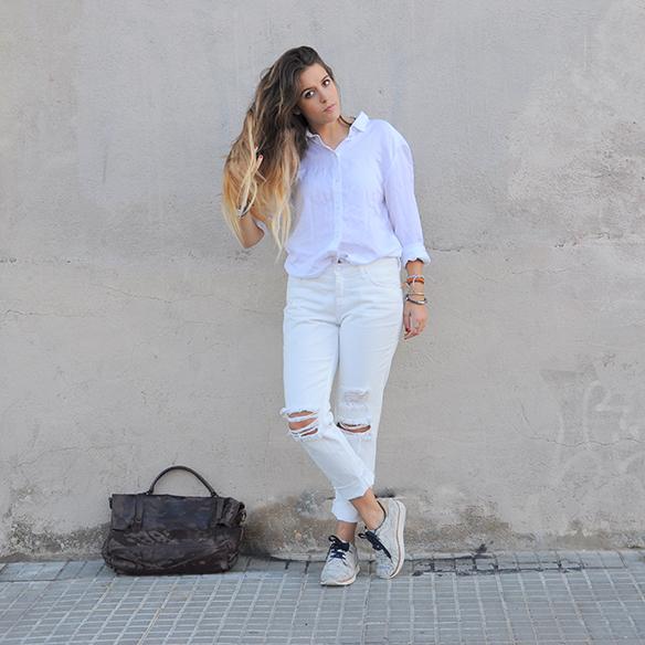 15-colgadas-de-una-percha-anna-duarte-total-white-look-in-november-blanco-en-noviembre-bambas-trainers-camel-ante-3