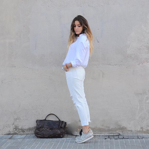 15-colgadas-de-una-percha-anna-duarte-total-white-look-in-november-blanco-en-noviembre-bambas-trainers-camel-ante-6