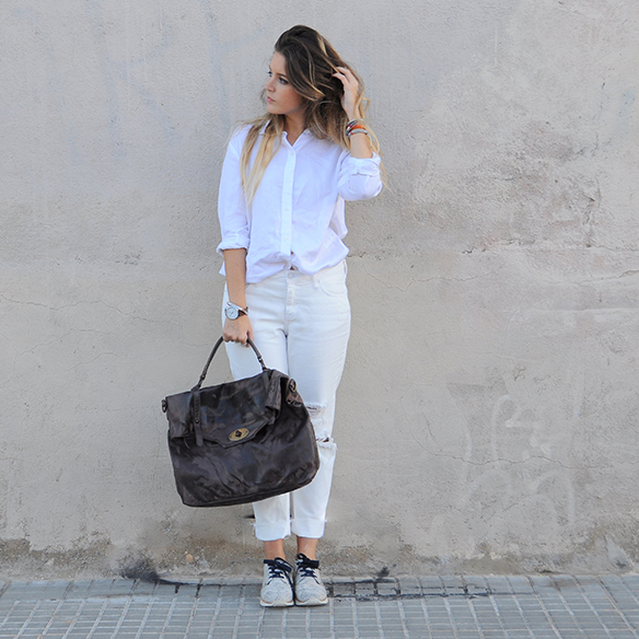 15-colgadas-de-una-percha-anna-duarte-total-white-look-in-november-blanco-en-noviembre-bambas-trainers-camel-ante-8