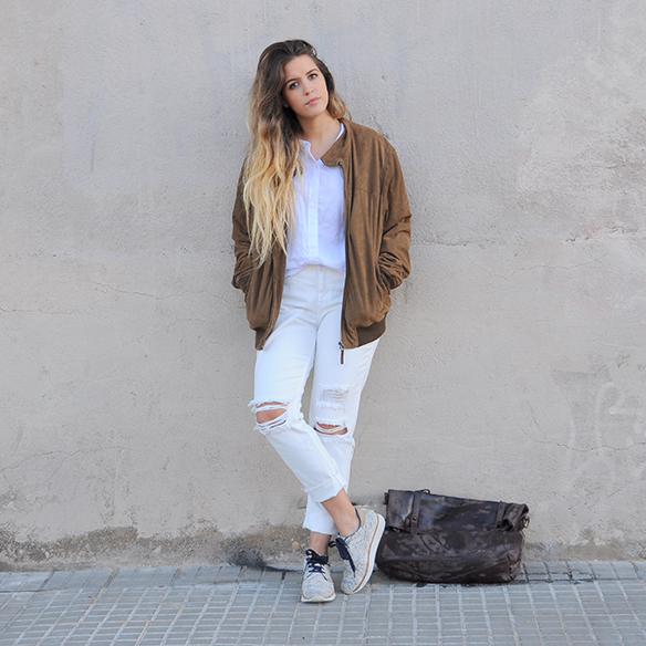 15-colgadas-de-una-percha-anna-duarte-total-white-look-in-november-blanco-en-noviembre-bambas-trainers-camel-ante-9
