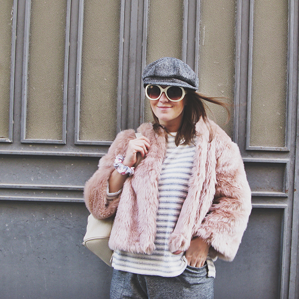 15-colgadas-de-una-percha-carla-kissler-abrigo-pelo-rosa-pink-fur-coat-rayas-grises-grey-stripes-mochila-backpack-bambas-trainers-cropped-pants-1