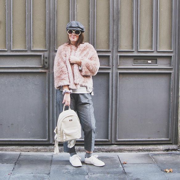 15-colgadas-de-una-percha-carla-kissler-abrigo-pelo-rosa-pink-fur-coat-rayas-grises-grey-stripes-mochila-backpack-bambas-trainers-cropped-pants-10