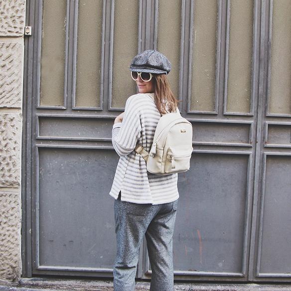 15-colgadas-de-una-percha-carla-kissler-abrigo-pelo-rosa-pink-fur-coat-rayas-grises-grey-stripes-mochila-backpack-bambas-trainers-cropped-pants-4