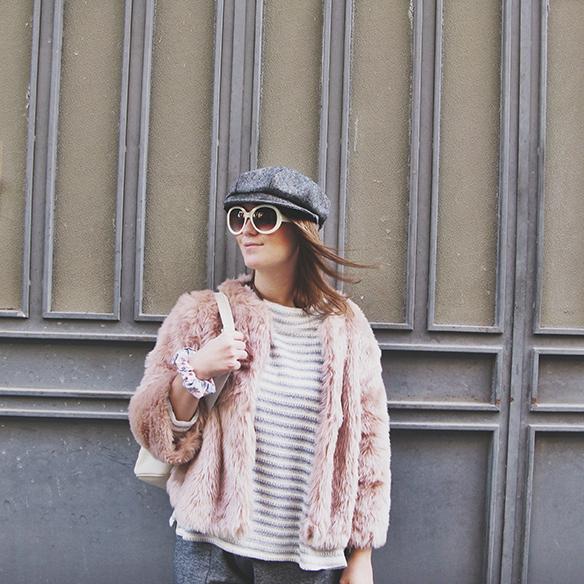 15-colgadas-de-una-percha-carla-kissler-abrigo-pelo-rosa-pink-fur-coat-rayas-grises-grey-stripes-mochila-backpack-bambas-trainers-cropped-pants-7