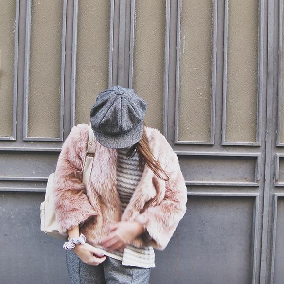 15-colgadas-de-una-percha-carla-kissler-abrigo-pelo-rosa-pink-fur-coat-rayas-grises-grey-stripes-mochila-backpack-bambas-trainers-cropped-pants-9