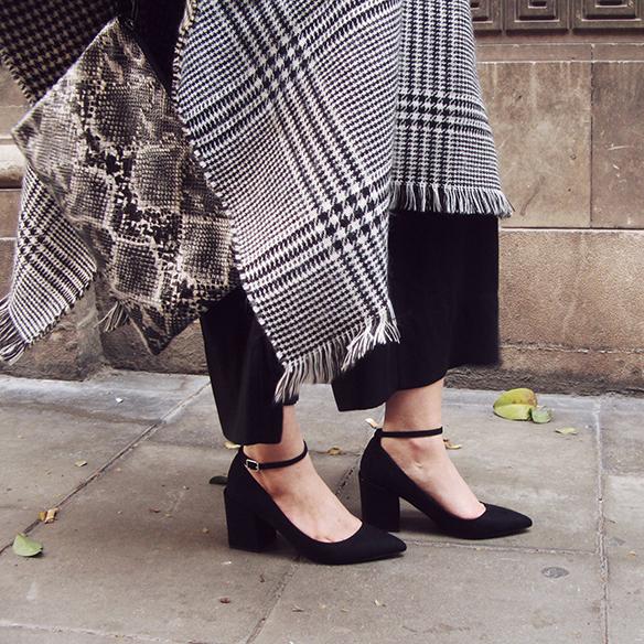 15-colgadas-de-una-percha-carla-kissler-granny-shoes-poncho-boina-beret-culottes-70s-bow-shirt-snake-print-4