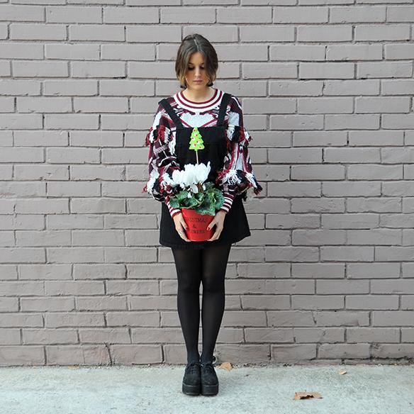 15-colgadas-de-una-percha-anna-duarte-navidad-christmas-pichi-pinafore-mangas-murcielago-bat-sleeves-berenjena-eggplant-trenza-braid-7
