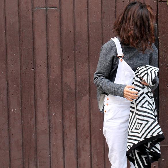 15-colgadas-de-una-percha-blanche-blanco-white-gris-grey-peto-dungarees-mocasines-loafers-b-&-w-negro-black-estampado-geometrico-geometric-print-8