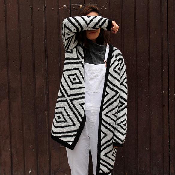 15-colgadas-de-una-percha-blanche-blanco-white-gris-grey-peto-dungarees-mocasines-loafers-b-&-w-negro-black-estampado-geometrico-geometric-print-9