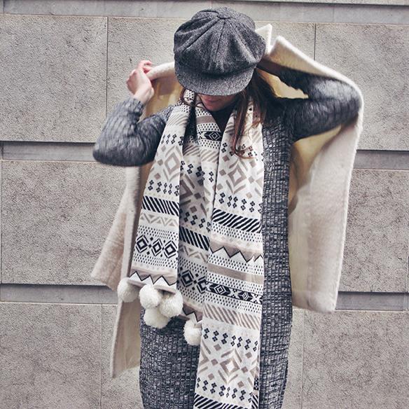 15-colgadas-de-una-percha-carla-kissler-vestido-largo-de-punto-gris-grey-long-knitted-dress-white-teddy-coat-blanco-4