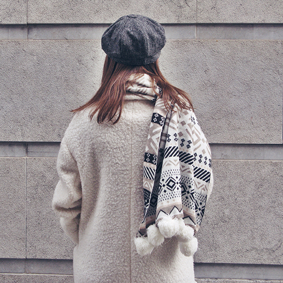 15-colgadas-de-una-percha-carla-kissler-vestido-largo-de-punto-gris-grey-long-knitted-dress-white-teddy-coat-blanco-5