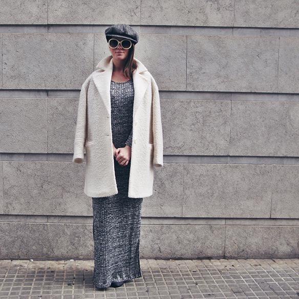 15-colgadas-de-una-percha-carla-kissler-vestido-largo-de-punto-gris-grey-long-knitted-dress-white-teddy-coat-blanco-6