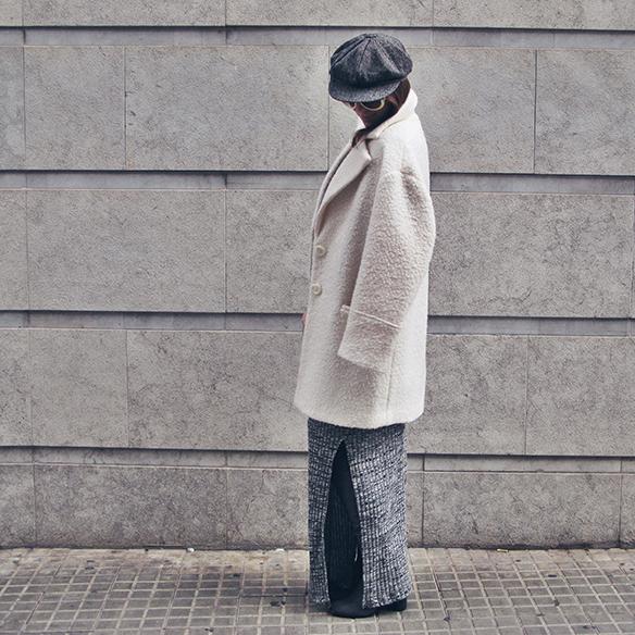 15-colgadas-de-una-percha-carla-kissler-vestido-largo-de-punto-gris-grey-long-knitted-dress-white-teddy-coat-blanco-7