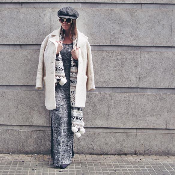 15-colgadas-de-una-percha-carla-kissler-vestido-largo-de-punto-gris-grey-long-knitted-dress-white-teddy-coat-blanco-8